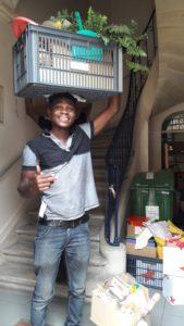 Abel aide à déménager avec le sourire