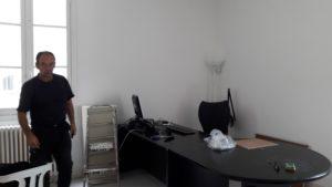Nouveau bureau d'accueil en cours de rangement